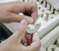 Griff einer Tasse - Porzellanfertigung bei Ancap Porzellan