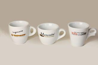 Tassen mit mehrfarbigem Logo bestellen.