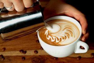 Die richtige Eingießtechnik für Latte Art.