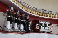 Kaffeemühlen für die Kaffeeverkostung in der Kaffeerösterei Roen.